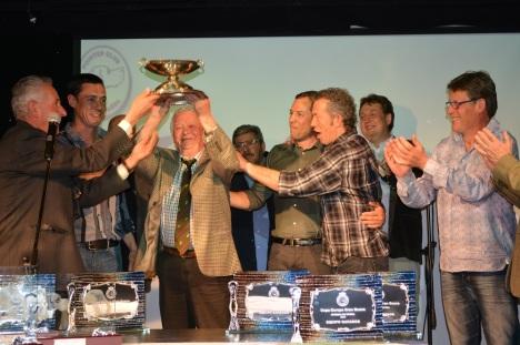 Ο εκλέκτορας της Εθνικής Γαλλίας Hubert Santoire δηκώνει το Κύπελλο Ευρώπης