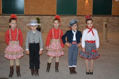 Παιδάκια με παραδοσιακές Ισπανικές στολές